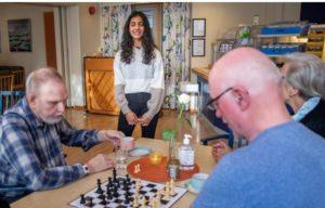 Bilde fra sjakkundervisning for eldre i Bergen.